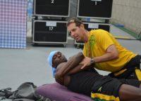 図1: 競技前に背中の矯正を受けているウサイン・ボルト選手